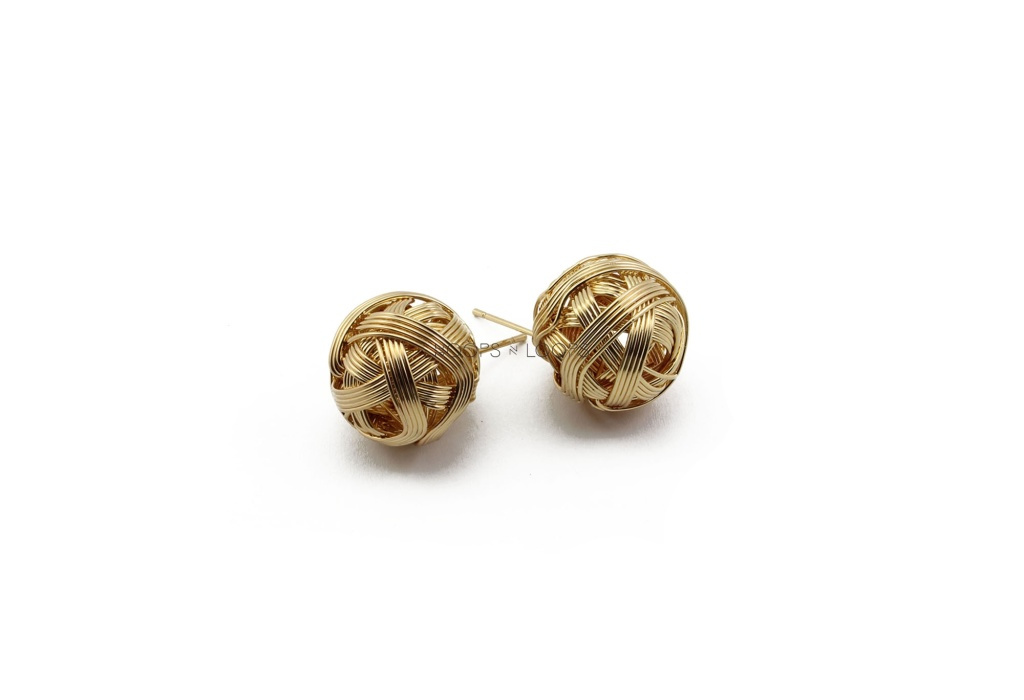 ee1000028-001-2-knitted-globe-studs
